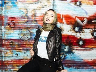 La journaliste de 22 ans qui travaille pour le réseau de vidéos d'informations Newsy est photographiée portant un perfecto en cuir noir, des baskets et un voile kaki autour de la tête.