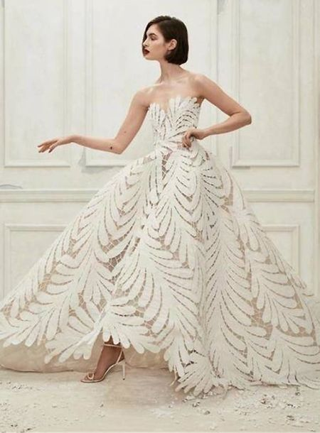 Este é o vestido original. A condessa fez algumas alterações, nomeadamente no decote.