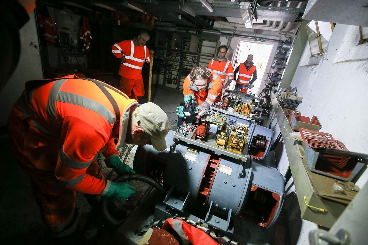Les techniciens des CFL travaillent d'arrache-pied dans la salle touchée par l'inondation au poste directeur de Bettembourg.