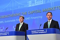 EU Commissioners Valdis Dombrovskis (L) and Jyrki Katainen address a press conference on commission proposals to strengthen the financial union with the development of the so-called sovereign bond-backed securities, sustainable finance and giving smaller businesses easier access to financing through capital markets at the European Commission in Brussels on May 24, 2018. / AFP PHOTO / EMMANUEL DUNAND