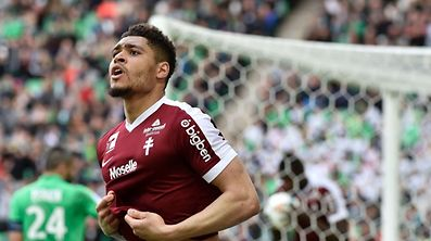 Metz's French defender Simon Falette celebrates after scoring a goal during the French L1 football match Saint-Etienne (ASSE) vs Metz (FCM) on March 12, 2017, at the Geoffroy Guichard Stadium in Saint-Etienne, central France. / AFP PHOTO / JEAN-PHILIPPE KSIAZEK