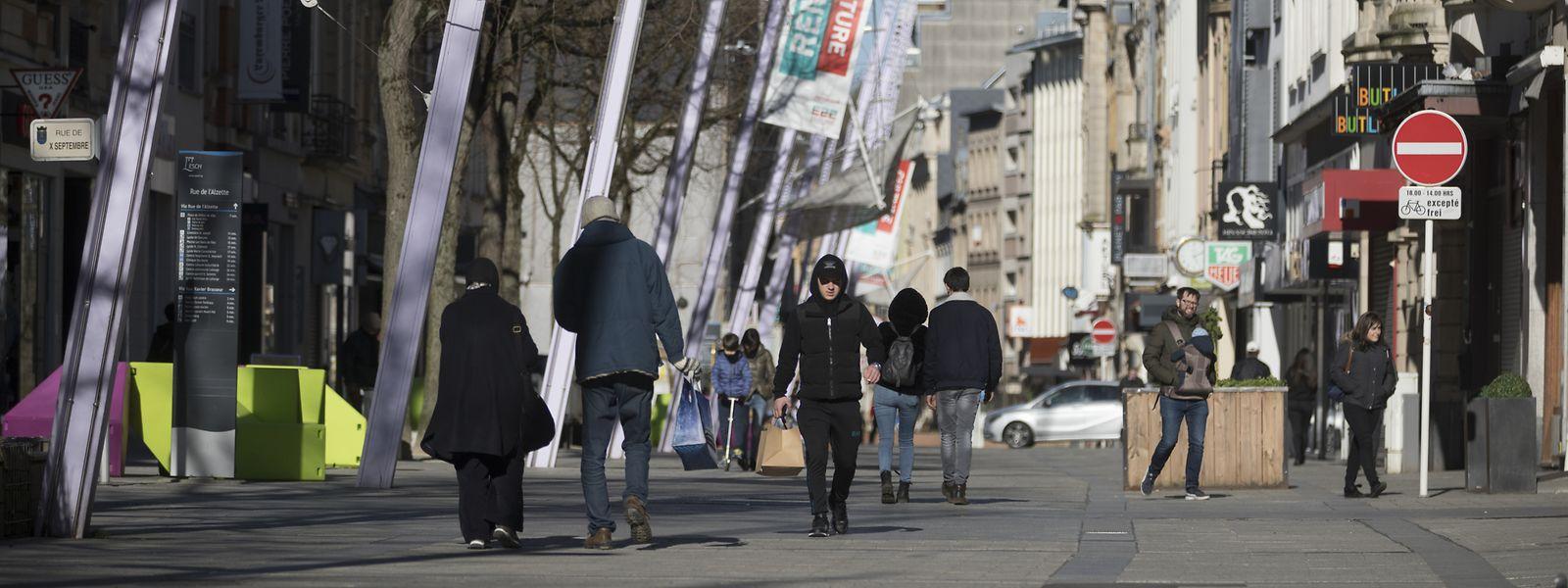 Ausgestorben sieht anders aus. Am Montagabend waren in der Escher Rue de l'Alzette relativ viel Leute unterwegs.