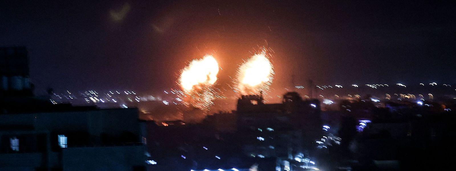 Erneut Explosionen in Gaza City.