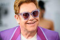 ARCHIV - 24.07.2019, Frankreich, Antibes: Elton John, Musiker aus Großbritannien, kommt zur Mittsommerparty seiner Elton-John-Aids-Stiftung in der Villa Dorane. Der britische Popstar wird mit einer eigenen Briefmarkenserie geehrt. Foto: Matt Crossick/PA Wire/dpa +++ dpa-Bildfunk +++