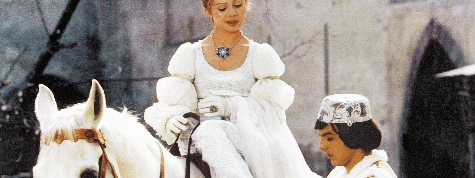 """Aschenbrödel (Libuse Safránková) und ihr geliebter Prinz (Pavel Trávnicek) in """"Drei Haselnüsse für Aschenbrödel"""""""