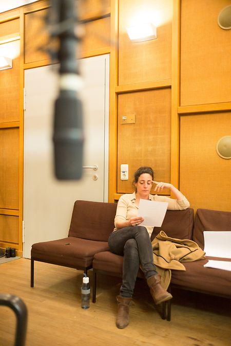 Brigitte Urhausen arbeitet an ihrem Text.