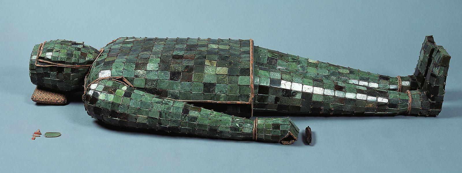 Ein Blickfang dabei ist ganz gewiss das Leichenkleid, das im Grab des Prinzen Liu Wu aus der westlichen Han-Dynastie (206 v. bis 8 n. Chr.) gefunden wurde. Es besteht aus 2008 Jadeplättchen, die mit goldenen Fäden verknüpft sind.