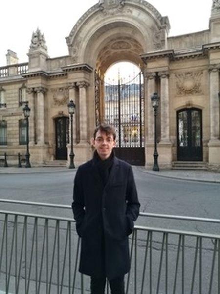 Matthias devant l'Elysée.