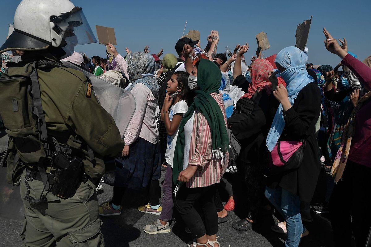 Migranten protestieren auf Lesbos.