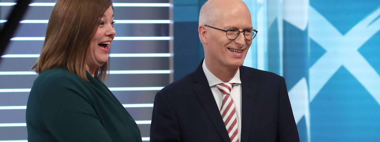 Grund zum Jublen: Die Grünen-Spitzenkandidatin Katharina Fegebank und der SPD Spitzenkandidat und Erste Bürgermeister Peter Tschentscher reichen sich während einer TV-Runde die Hände.