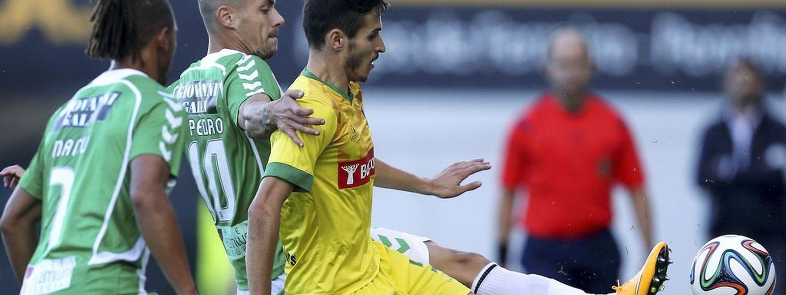 Hélder Lopes (de amarelo) e o Paços de Ferreira continuam a fazer um excelente campeonato