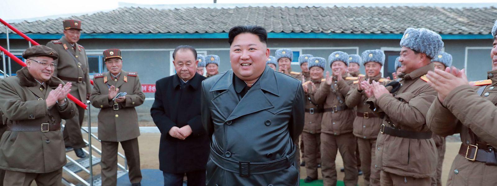 Dieses undatierte von der staatlichen nordkoreanischen Nachrichtenagentur KCNA zur Verfügung gestellte Foto zeigt Kim Jong Un, der von Mitgliedern des Militärs begrüßt wird und angeblich einen Raketentest verfolgt.