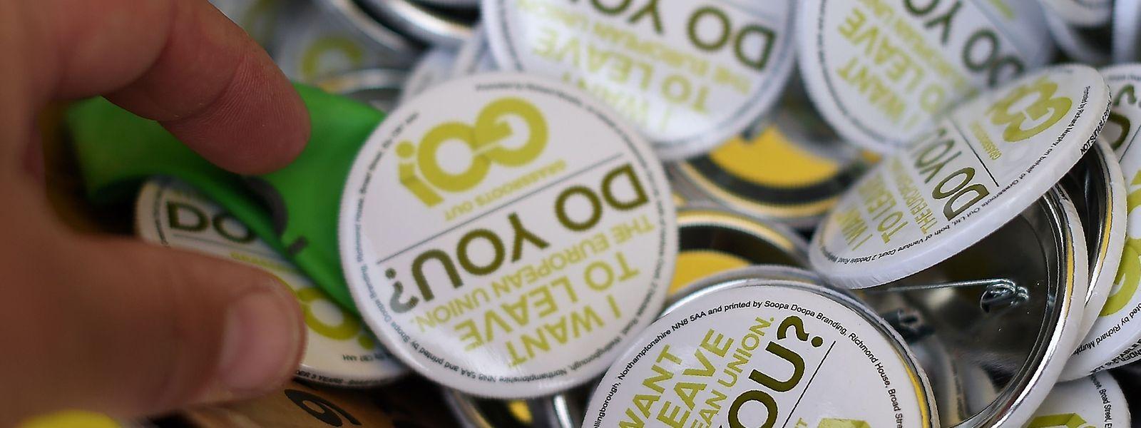 Anti-EU-Pins werden bei einer Versammlung der Brexit-Befürworter verteilt.