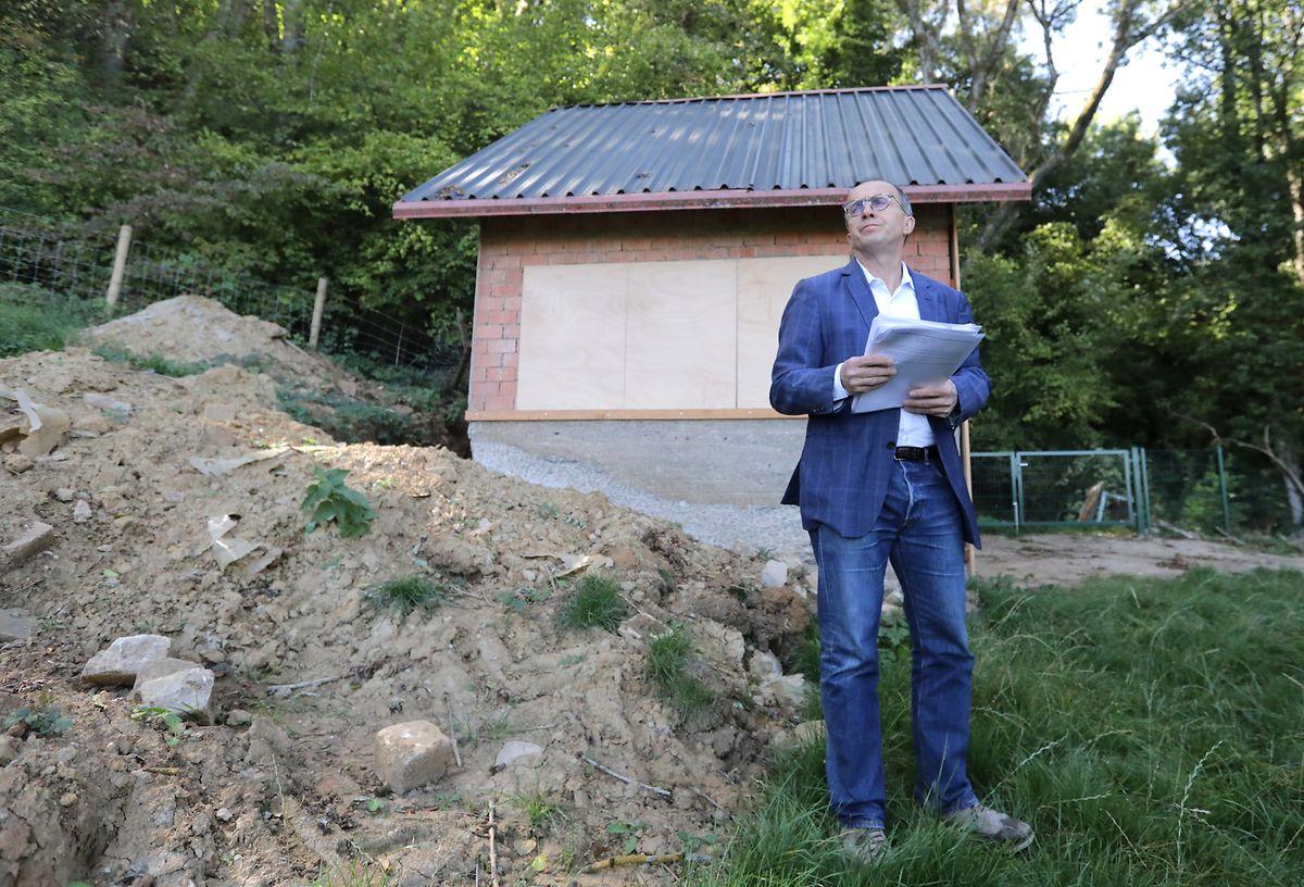 Les travaux entrepris autour de sa maison et de son chalet de jardin ont déjà coûté son poste de bourgmestre à Roberto Traversini. La justice va maintenant voir si les faits reprochés méritent des sanctions pénales.