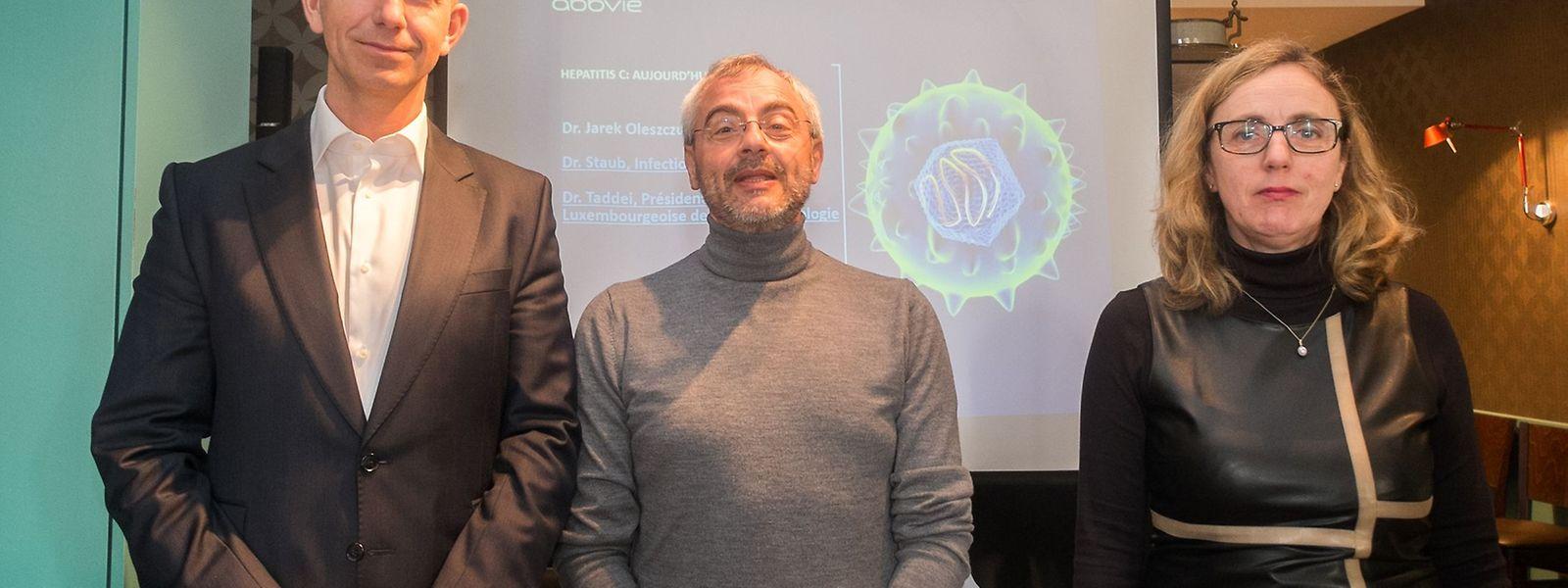 (V.l.n.r.) Dr. Jarek Oleszczuk, Direktor des Pharmakonzerns Abbvie für Belgien/Luxemburg, Dr. Gennaro Taddei (Gastroenterologe) und Dr. Thérèse Staub (Infektiologin) stellten das Heilmittel vor.