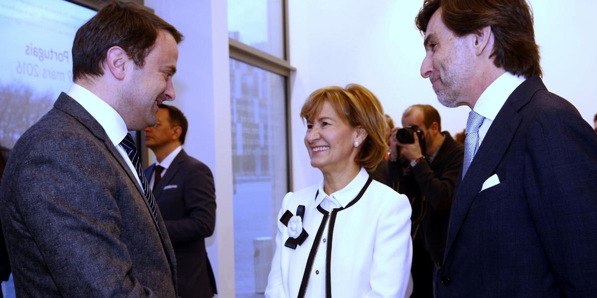 Xavier Bettel (à esq) com a secretária de Estado da Cooperação, Teresa Ribeiro, e o embaixador de Portugal no Luxemburgo, Carlos Pereira Marques
