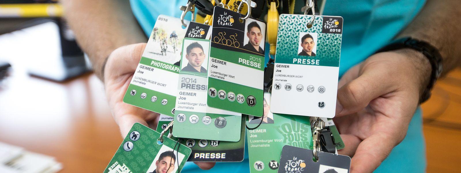 Zeugnisse vieler Stunden, die auf den Straßen Frankreichs verbracht wurden: Joe Geimer mit den Presseakkreditierungen seiner zwölf Frankreich-Rundfahrten.