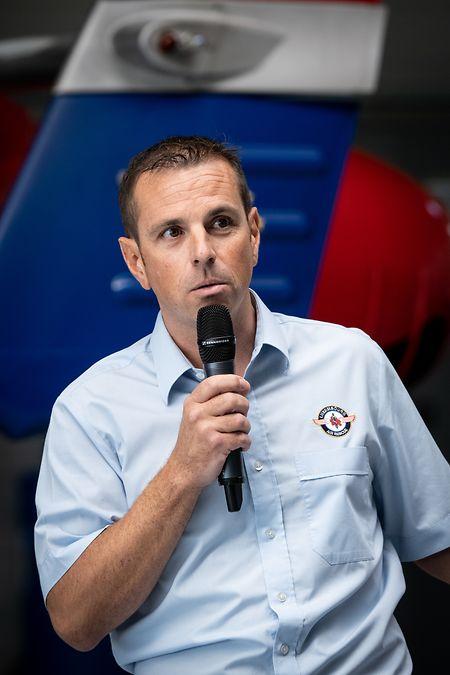 Patrick Adamczuk, stellvertretender Leiter der medizinischen Abteilung der Air Rescue, stellte die neuen Isolationsliegen im Detail vor.