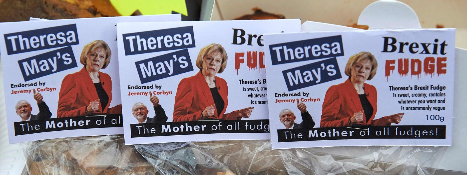 Theresa May darf nach dem knappen Sieg im Parlament wieder lachen.