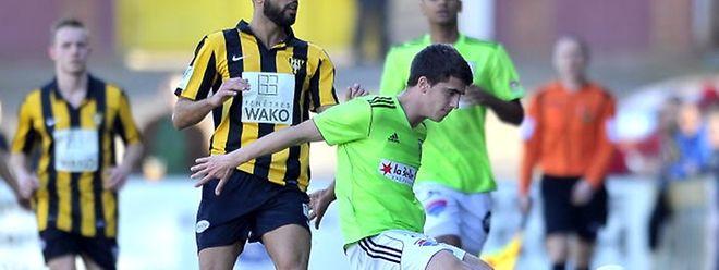 Hakim Menai tente de stopper Milos Todorovic. En vain. Le Progrès n'a pas été en mesure d'inquiéter la joueurs eschois.