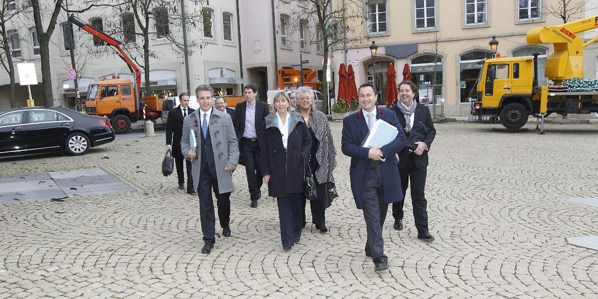 Die DP-Verhandlungsdelegation auf dem Weg zum Außenministerium.