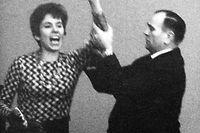 """Die aus Berlin stammende Französin Beate Klarsfeld beschimpft während einer Bundestagssitzung am 02.04.1968 von der Zuschauertribüne im Bundestag in Bonn  Bundeskanzler Kiesinger als """"Nazi"""" und """"Verbrecher"""". Neben ihr ein Saaldiener.   Verwendung weltweit"""