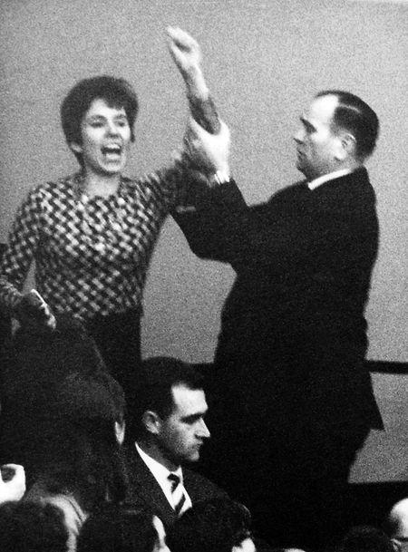 """Die aus Berlin stammende Französin Beate Klarsfeld beschimpft während einer Bundestagssitzung am 02.04.1968 von der Zuschauertribüne im Bundestag in Bonn  Bundeskanzler Kiesinger als """"Nazi"""" und """"Verbrecher"""". Neben ihr ein Saaldiener."""