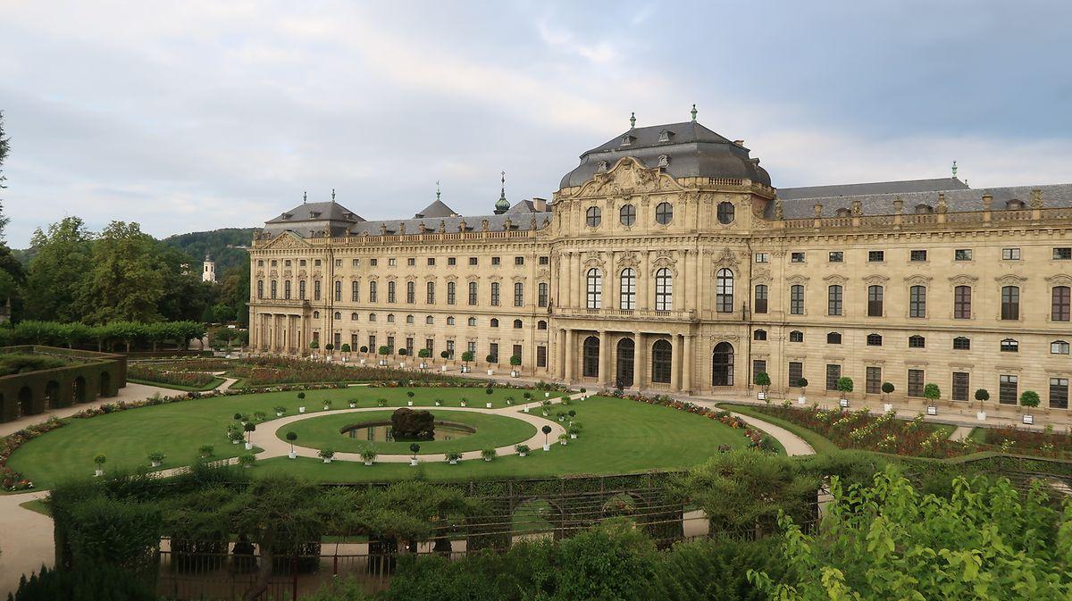 Bei der Residenz von Würzburg handelt es sich um einen barocken Schlossbau, der 1720 begonnen und 1744 vollendet wurde. Seit 1981 ist das Gebäude Teil des Unesco-Weltkulturerbes.