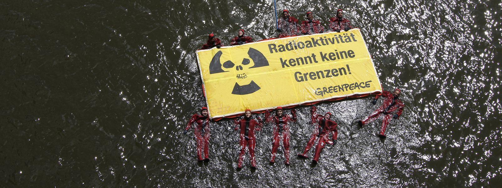 Greenpeace dénonce régulièrement les dangers du nucléaire en France par des actions spectaculaires.
