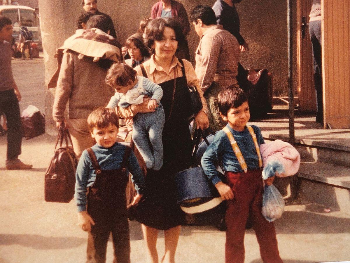 Cyrus Nashved (à direita) com a mãe e os irmãos, antes de saírem do Irão
