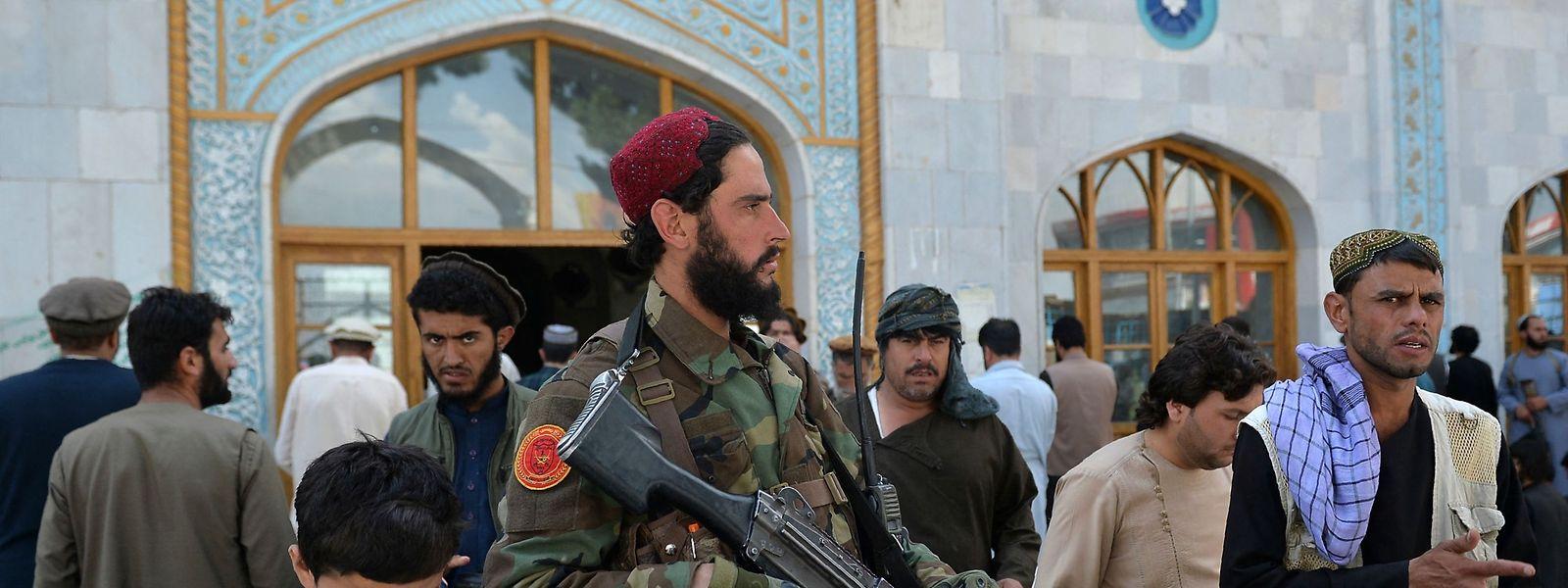 Vor einer Moschee in Kabul wacht während des Freitagsgebets ein Taliban-Kämpfer.