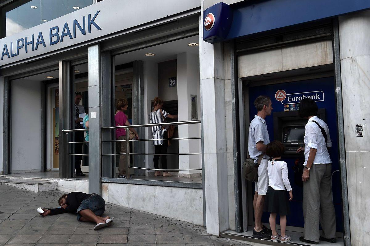 Le drame grec: Alors que les épargnants se ruent vers les distributeurs de billets, de plus en plus de citoyens luttent pour leur survie.