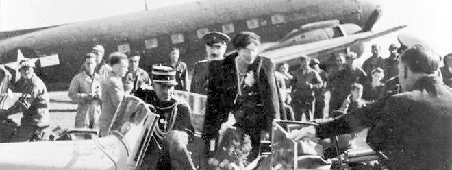 Samstag, 14. April 1945: Nach dem Rückflug aus London an Bord einer C-53D (DC-3) der US Army Air Forces besteigt Großherzogin Charlotte den offenen Wagen, der sie in die Hauptstadt bringt.