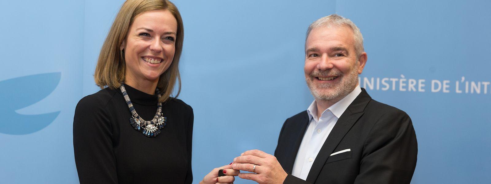Schlüsselübergabe: Taina Bofferding hat das Innenministerium von Parteikollege Dan Kersch übernommen.