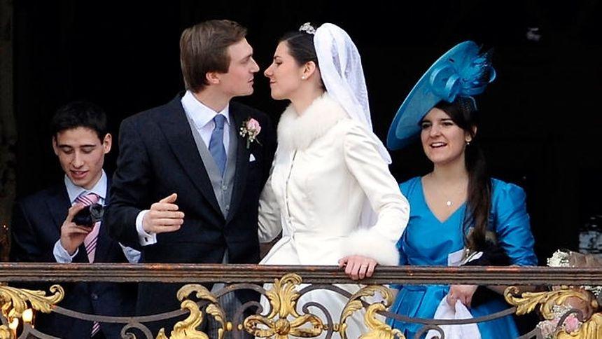 Das frisch vermählte Paar küsst sich auf dem Balkon des Rathauses von Nancy.