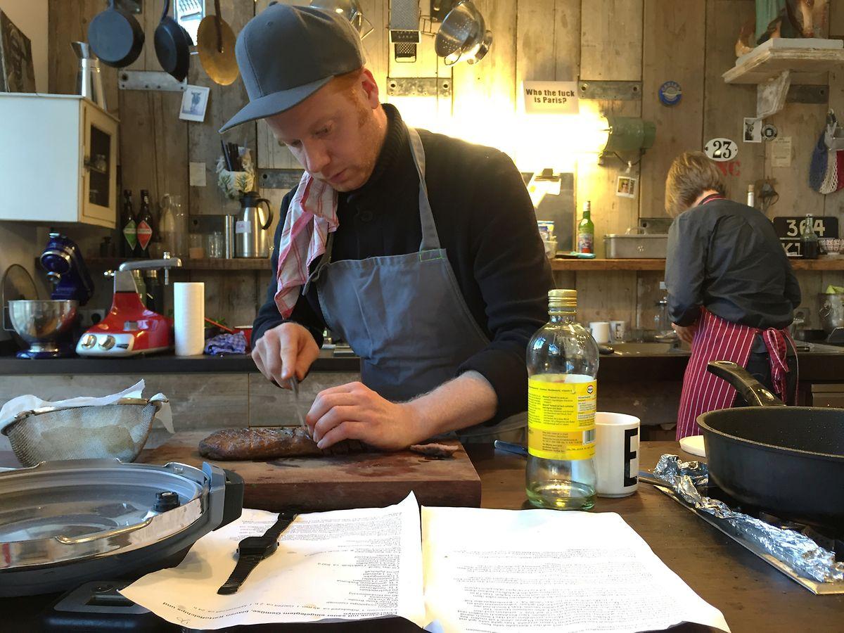 Food-Stylist Max Faber schneidet Rindersteak für ein Foto in Streifen.