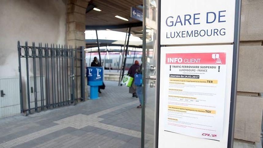 Des affichettes à la gare de Luxembourg informent les voyageurs des perturbations en cours suite à l'accident de trains survenu mardi.