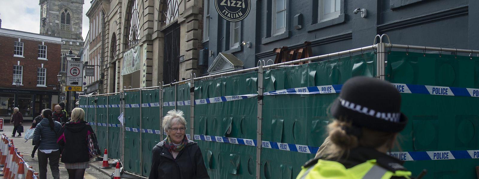 """Menschen gehen an dem Restaurant """"Zizzi"""", das nach dem Giftanschlag auf den russischen Ex-Doppelagenten Skripal von der Polizei geschlossen wurde, vorbei."""