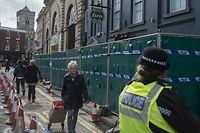"""27.03.2018, Großbritannien, Salisbury: Menschen gehen an dem Restaurant """"Zizzi"""", das nach dem Giftanschlag auf den russischen Ex-Doppelagenten Skripal von der Polizei geschlossen wurde, vorbei. Die USA, Deutschland sowie mehr als 20 weitere Länder haben in einer bislang beispiellosen Gemeinschafsaktion mehr als 140 russische Diplomaten und Geheimdienstmitarbeiter ausgewiesen. Foto: David Mirzoeff/PA Wire/dpa +++ dpa-Bildfunk +++"""