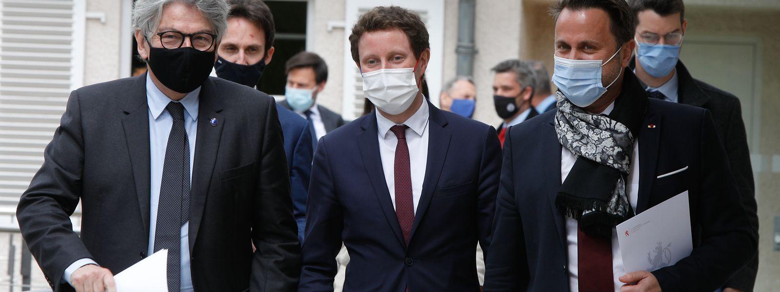 Premierminister Xavier Bettel zusammen mit EU-Kommissar Thierry Breton (l.) und dem französischen Staatssekretär Clément Beaune (Mitte) auf dem Weg zur gemeinsamen Pressekonferenz.