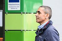 22.12.2020, Hessen, Mainz: Ugur Sahin, Mitgründer und Vorstandsvorsitzender des Unternehmens Biontech, steht auf dem Firmengelände. Die Firma Biontech ist ein Biotechnologieunternehmen das unter anderem an Impfstoffen gegen das Coronavirus forscht. Die EU-Kommission hat kürzlich dem Corona-Impfstoff des Unternehmens Biontech und seines US-Partners Pfizer die bedingte Marktzulassung erteilt. Foto: Andreas Arnold/dpa +++ dpa-Bildfunk +++