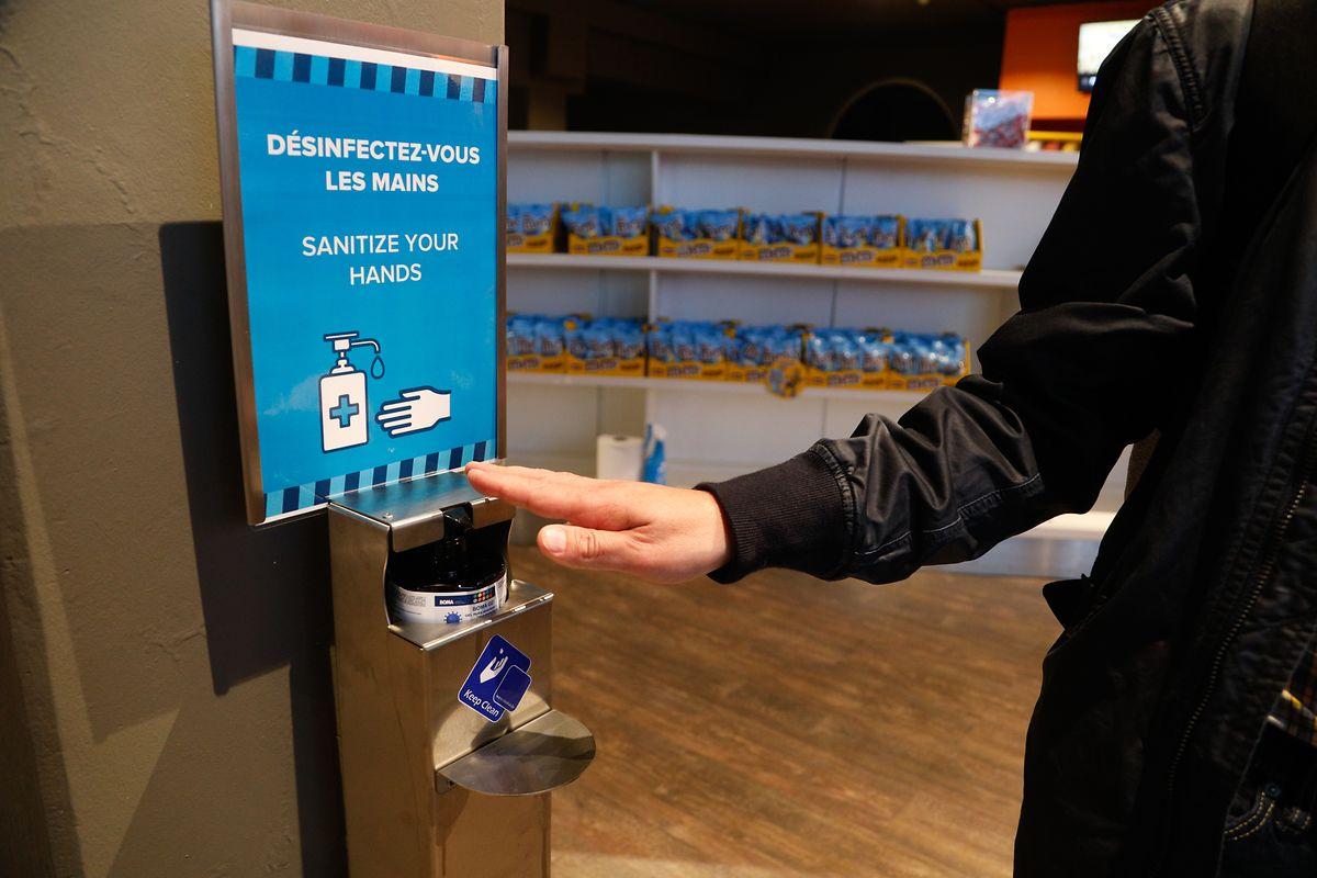 Difficile de ne pas tomber sur un distributeur de gel au cinéma du Kirchberg.