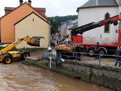 insgesamt 17 Fahrzeuge rissen die Fluten in Ermsdorf  mit sich - bis zu 300 Meter weit !  Die Fahrzeuge waren alle leer ! / Foto: Armand WAGNER