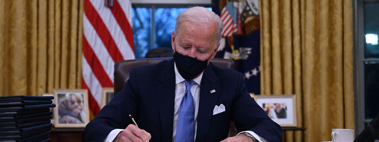 O novo Presidente dos Estados Unidos assinou na quarta-feira uma dúzia de ações executivas, que rompem com decisões de Donald Trump, incluindo o regresso dos EUA aos Acordos de Paris.