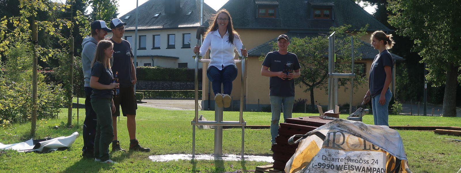 LLJ-Präsidentin Angèle Mersch probiert eines der drei Sportgeräte selbst aus und hat dabei sichtlich Spaß.