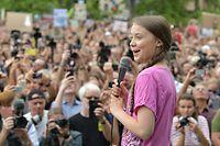 ARCHIV - 19.07.2019, Berlin: Tausende Schüler nehmen zusammen mit der schwedischen Klima-Aktivistin Greta Thunberg an der Fridays for Future Demonstration teil. Am 20. August 2018 hat sich die schwedische Schülerin Greta Thunberg vor den Reichstag in Stockholm gesetzt, um für das Klima zu protestieren. Aus dem stillen Schulstreik einer damals 15-Jährigen ist längst eine internationale Klimaschutzbewegung mit Abertausenden Anhängern in aller Welt geworden. Foto: Paul Zinken/dpa +++ dpa-Bildfunk +++