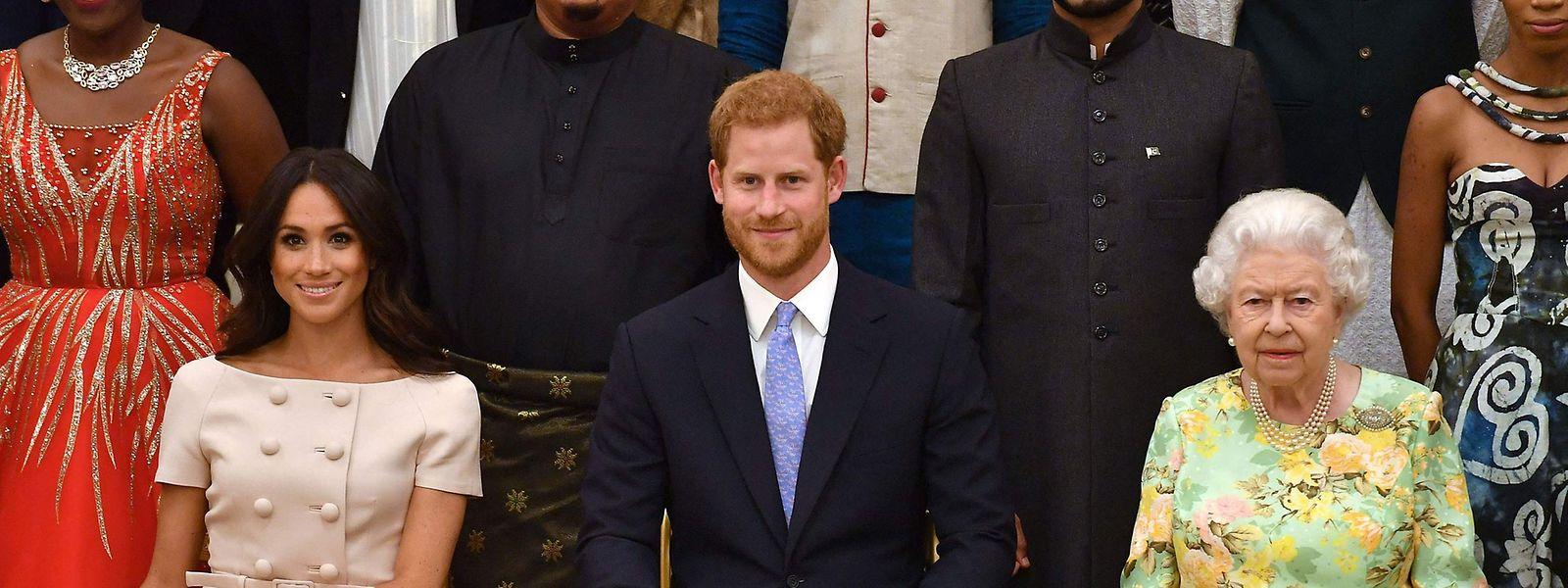 Meghan, Herzogin von Sussex, Prinz Harry, Herzog von Sussex, und Königin Elizabeth II bei einer Preisverleihung im Buckingham Palace im Juni 2018.