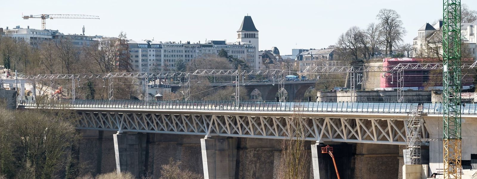 Long de 242 mètres, le nouvel ouvrage met ainsi fin à des décennies de congestion aux accès Nord et Est à la gare de Luxembourg-Ville.