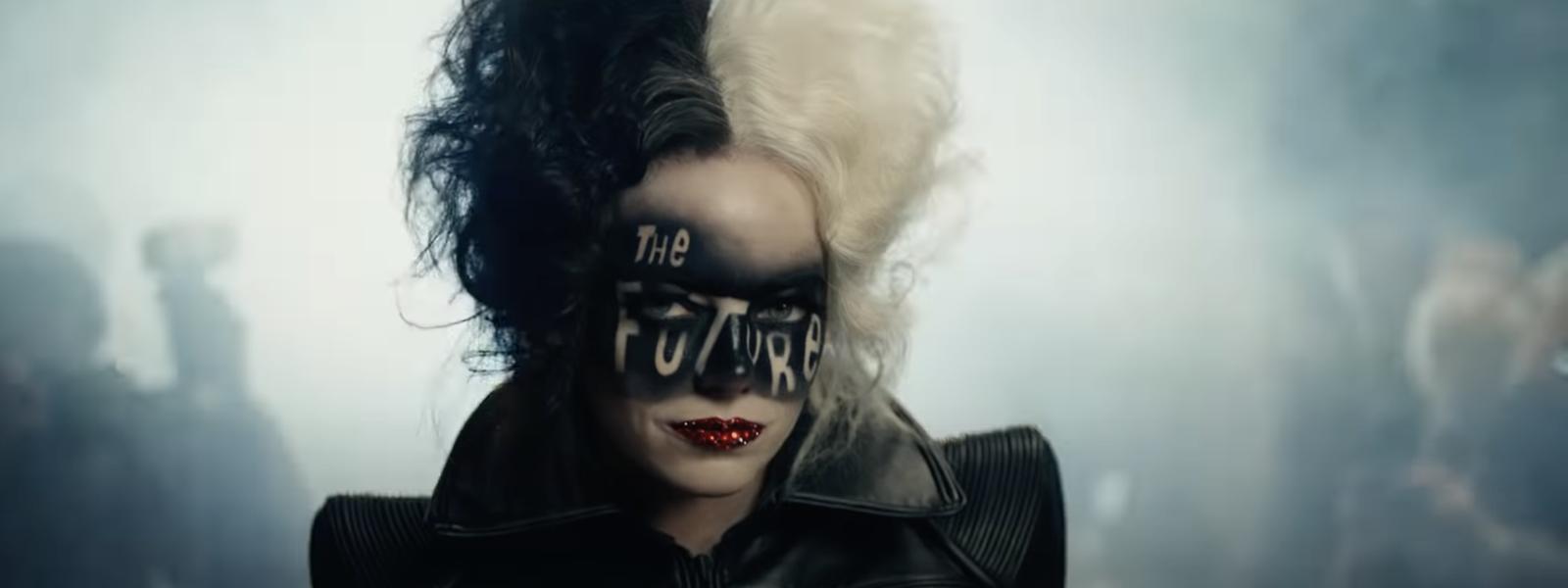 Cruella (Emma Stone) est aussi imprévisible que son personnage.