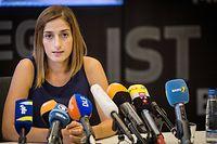 Die deutsche Journalistin Mesale Tolu gibt nach ihrer Ankunft aus Istanbul ein Pressestatement in einem Gebäude nahe des Stuttgarter Flughafens. Tolu war in der Türkei wegen Terrorvorwürfen festgehalten worden.